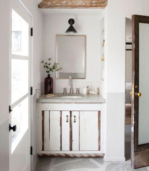 La console de l'évier de la salle de bains principale comporte le même bois béton et récupérés par le comptoir de la cuisine et des armoires.  Une idée brillante: Un entonnoir de métal rend un abat-jour industrielle cool.