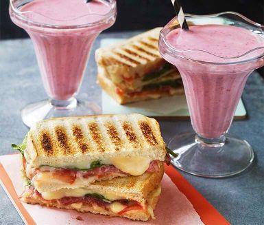 Recept: Grillad salamimacka och jordgubbs- och passionssmoothie