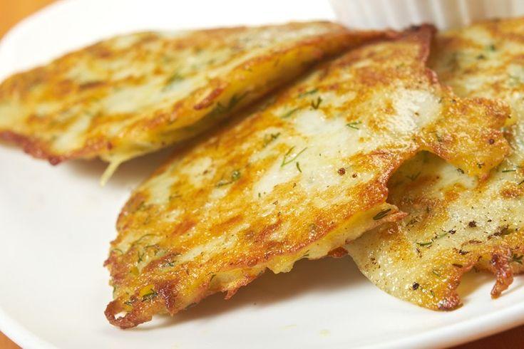 Le frittelle di patate e cipolle sono un antipasto croccante, saporito e molto profumato che si può servire anche come contorno. Ecco la ricetta