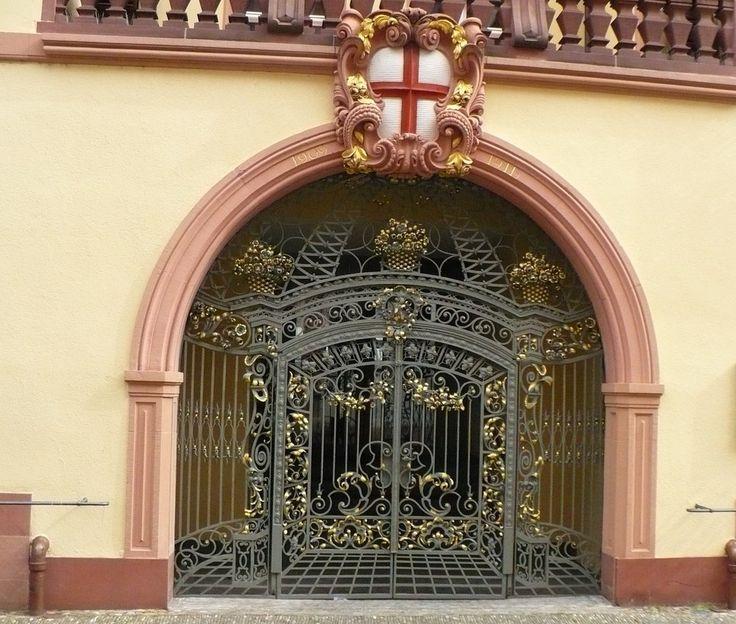 Portal der Freiburger Sparkasse  Ein Beispiel früherer Schmiedekunst bietet uns das Tor der Freiburger Sparkasse. Sie übernahm aber das Gebäude von einem Vorbesitzer. Heutzutage sehen die Tore einfacher aus, sind aber trotzdem nicht billiger.