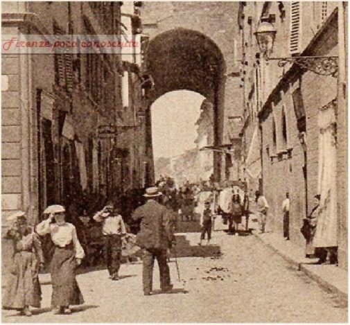 Porta San Frediano e la rispettiva via. Immagine viaggiata nel 1904. Il sole alto e caldo