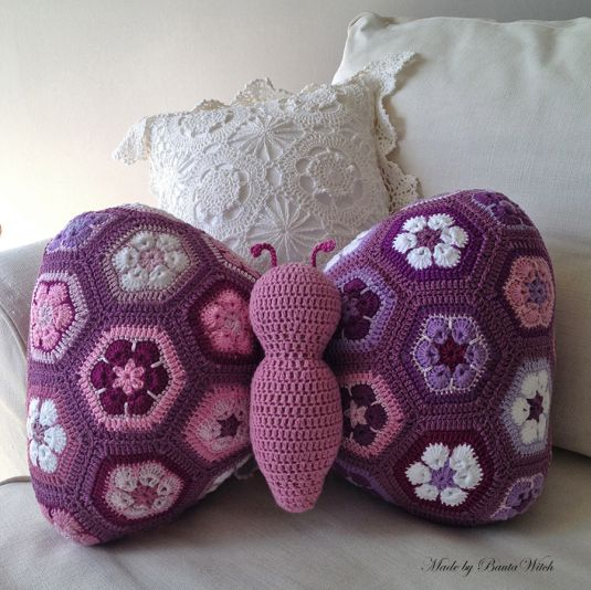 Butterfly Pillow made of african flowers. Made by BautaWitch. Do you want the pattern? #diy http://bautawitch.se/2013/08/01/diy-fjarilskudde-av-afrikanska-blommor/