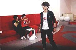 Onew & Key fainting over Minho's handsome walk (SHINee). (.gif set). XD