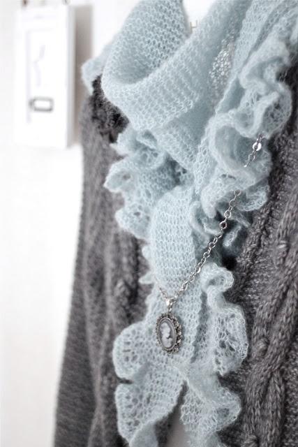 En vacker sjal med stickbeskrivning på svenska.