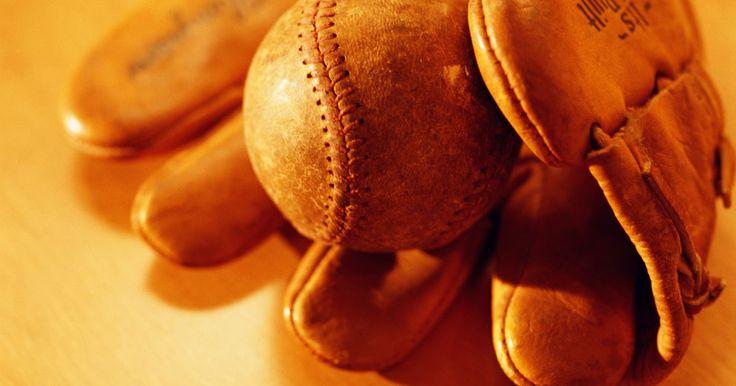 Como amaciar uma luvas de couro para baseball. Uma luva de softbol ou beisebol deve ser uma extensão da mão do jogador. Uma peça ideal deve dar a sensação de como se estivesse conectada naturalmente ao usuário. Quando novas e recém-saídas da fábrica, essas luvas têm um cheio de couro intoxicante, mas geralmente são duras e difíceis de controlar. Esfregar um produto à base de óleo ou sabão pode ...