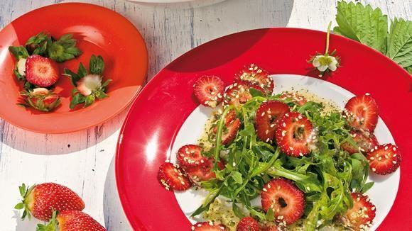 Die sind nicht nur süß anzuschauen - sie schmecken auch so: Im Rucola-Salat sind Erdbeeren eine willkommene Abwechslung.