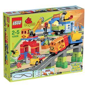 Transportiere die DUPLO® Steine mit dem LEGO® DUPLO® Eisenbahn Super Set! Mit dem LEGO® DUPLO® Eisenbahn Super Set und seinem coolen, modernen Zug bleiben keine Wünsche offen bei den kleinen Zugbaumeistern! Die Lokomotive mit echten Geräuscheffekten fährt ein! Steig ein und lade die Steine am Steinbruch auf die Waggons. Mit dem funktionierenden Kran kannst du sie abladen. Und vergiss nicht aufzutanken, bevor du wieder losfährst! Das Set umfasst Schienenelemente, die eine Strecke von über…