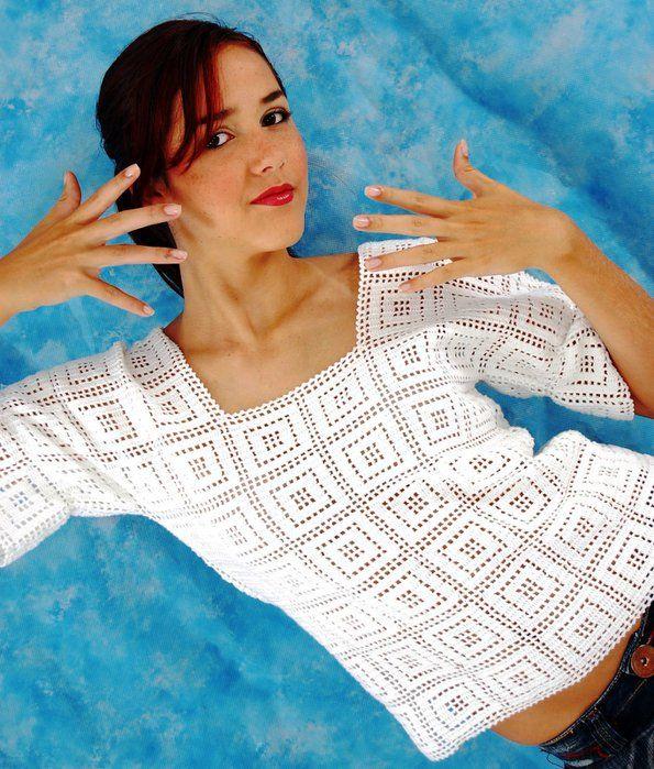 Blusa em crochê filê com motivos de quadrados