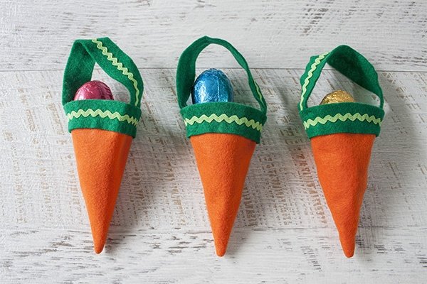Fill these simple DIY felt carrots with delicious Easter treats! (at Tara Dennis)