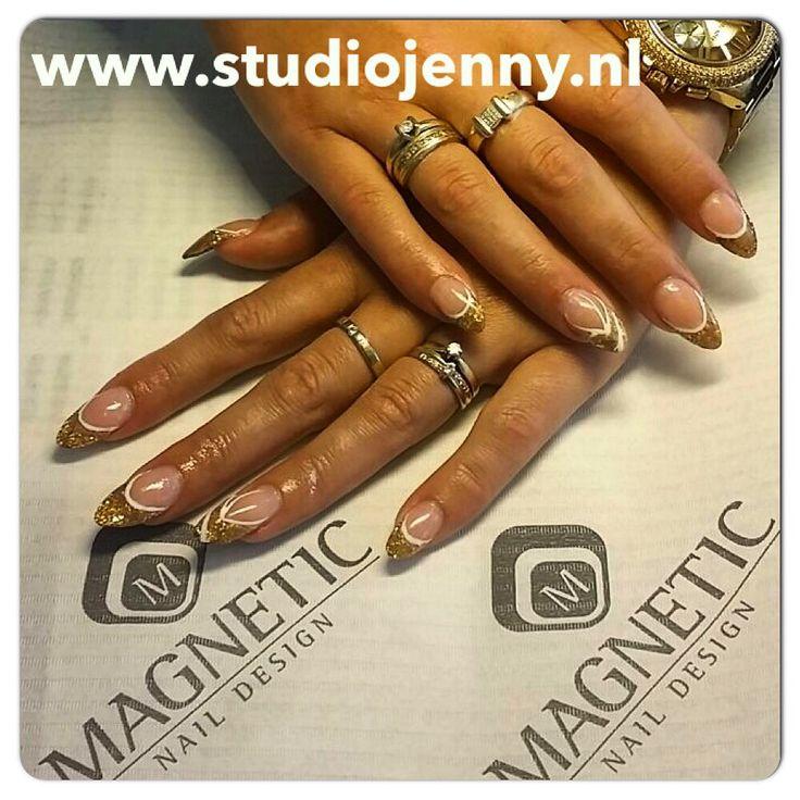 Gouden acryl met witte gel van Magnetic - Door Studio Jenny in Sneek
