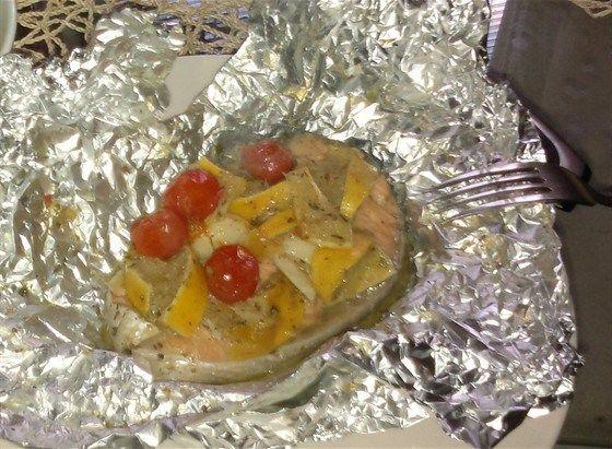 Запеченный в фольге лосось с черри и лимоном