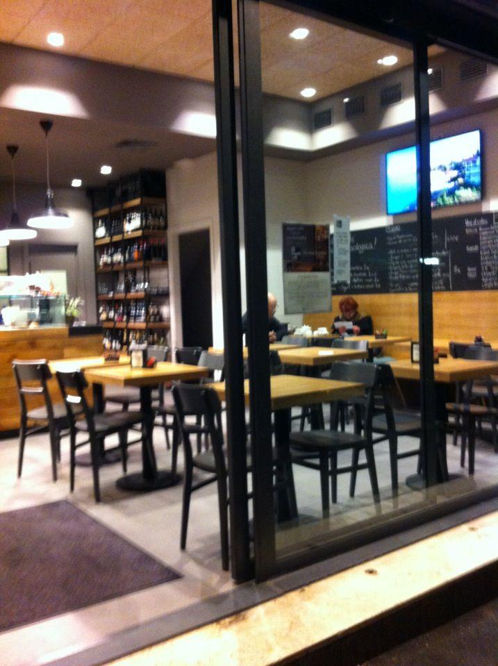 Piccola caffetteria biologica al lato del Biopolis Store. Ottimi i cornetti alla marmellata. Puoi prendere anche il cappuccino al riso e alla soia.