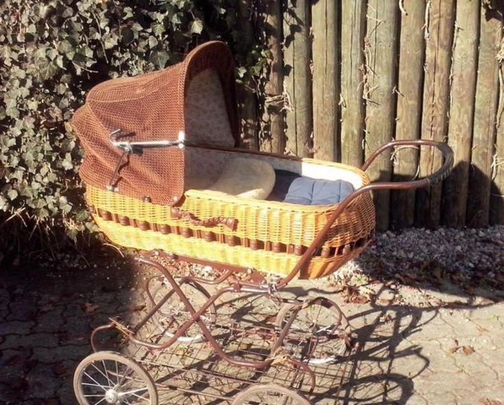 Hallo!schweren Herzens verkaufe ich hier unseren tollen nostalgischen Kinderwagen original aus den 70ern. Unser Sohn hat sich sehr wohl darin gefühlt. Er weist Gebrauchspuren auf, ein bisschen sieht man ihm das Alter natürlich an. Der Einkaufskorb unten ist noch funktionsfähig aber etwas locker und verbogen. Das Lederband an der einen Befestigung (siehe Bild) ist momentan durch eine Schnur ersetzt. Der Kinderwagen hat eine Matratze die wir immer etwas hart fanden, haben dann noch eine Decke…