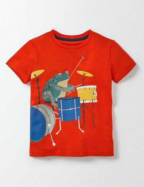 Qu'est-ce qui est encore plus cool que des animaux? Des animaux qui jouent dans un groupe de rock, bien sûr! Tu vas adorer les imprimés rigolos illustrant notre groupe d'animaux rockeurs. Notre t-shirt est en coton doux confortable - parfait pour bouger librement au rythme de la musique.
