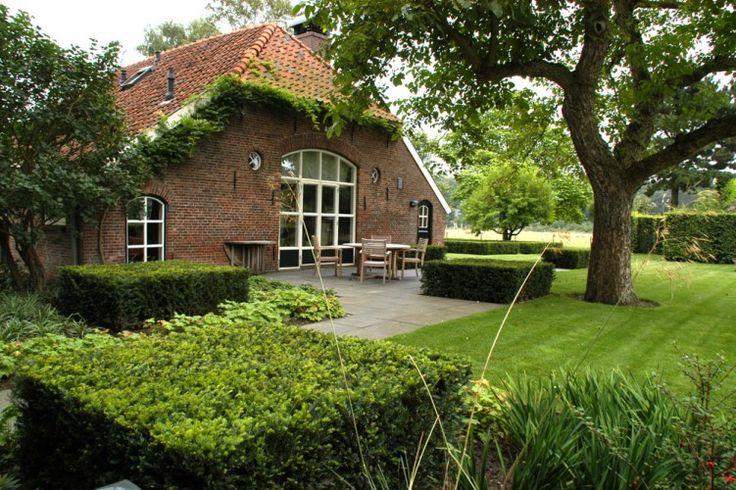 Boerderijtuin met terras achter veel grasland en borders tuin pinterest met search and tuin - Landscaping modern huis ...