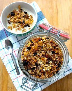 A receita de granola caseira está aqui pois comecei o ano tentando ser um pouquinho mais saudável. Então resolvi que adotaria a granola no café da manhã para substituir o pão (que é meio que um víc…