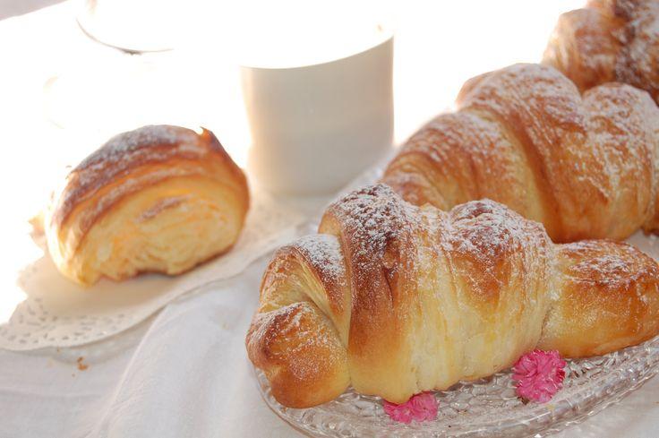 Una tra le ricette che più adoro è quella dei croissant, e non mi riferisco a quelli francesi, più burrosi, ma ai cornetti sfogliati che troviamo e addentiam...