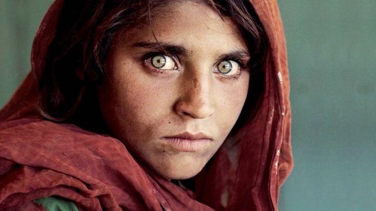 afgan-kizi1  ABD'li fotoğraf sanatçısı Steve McCurry'nin 1985 yılında çektiği fotoğrafı ile National Geographic dergisine kapak olan 'Afgan kızı' Şarbat Gula 'kimlik belgesinde sahtecilik' yapmaktan tutuklandı.