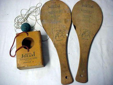 le Jokari, genre de mini tennis : il fallait taper dans la petite balle en mousse tenue par un élastique et l'envoyer à son partenaire.