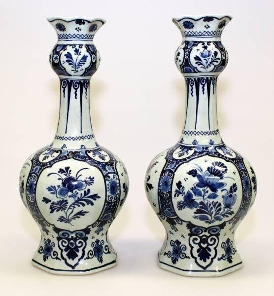 Een paar Delfts blauw aardewerk knobbelvazen