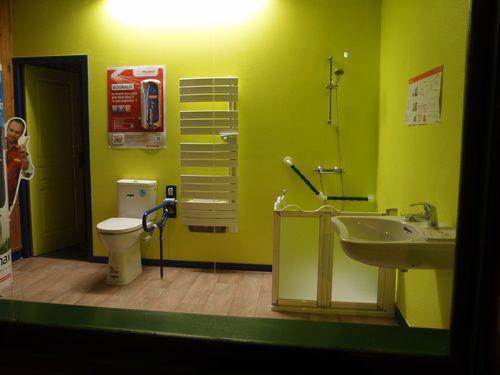Les 25 meilleures id es concernant les toilettes publiques for Vitrine salle de bain