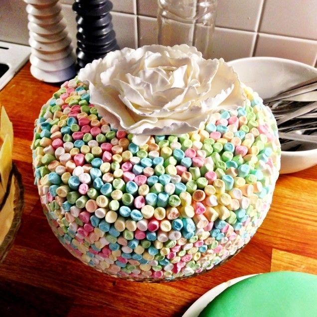 Ljuvlig chokladtårta med chokladmousse och vaniljkräm som döljs av ett pastelligt täcke av minimarshmallows. Bakas i en 20 cm springform. Kan bakas i en 24 cm form men då blir chokladbotten inte lika...