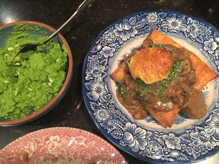 Doperwtenpuree (blz 115 Hemsley and Hemsley) met rundvlees-champignonragout en pasteitje