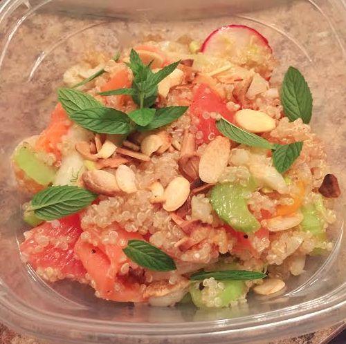 Salade de quinoa, saumon fumé, pamplemousse, amandes et légumes croquants, May West maison et cerises.
