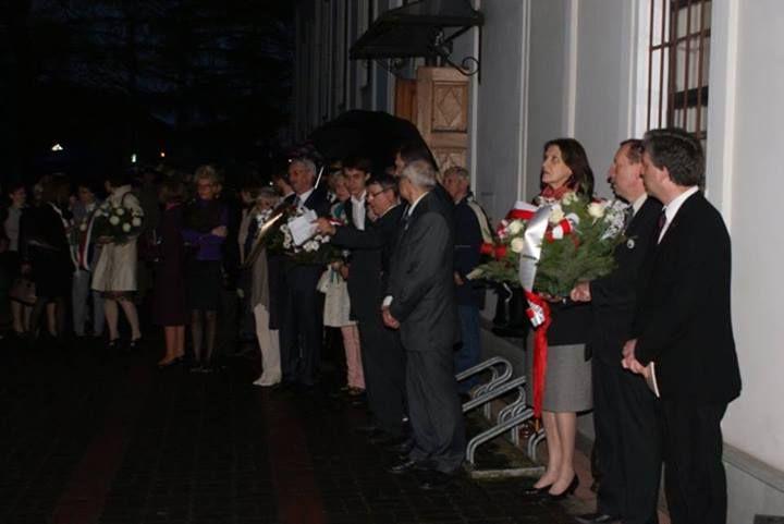 Ceremonia składania kwiatów pod obeliskiem Nowosielskich 1820 roku. Rodzina: Pan mec. Roman Nowosielski, radni i samorządowcy m. Brwinów oraz Partii Politycznych.