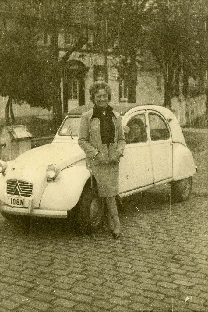 Vrouw bij een Citroën, ca. 1964