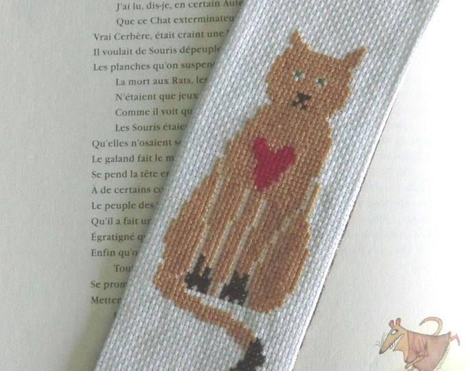 Marque-page Chat marron assis au cœur Brodé à la main 7cm X 20cm Dos en tissu Coton