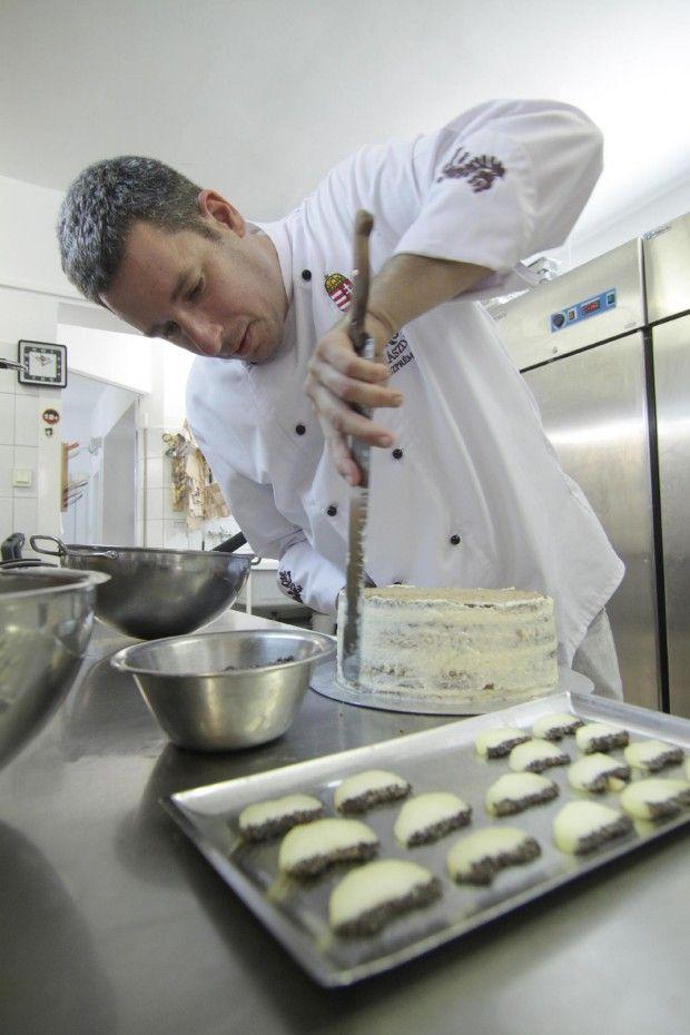 Pintér Zsolt veszprémi cukrászmester alkotása, egy almás-mákos kreáció lett idén az év tortája.
