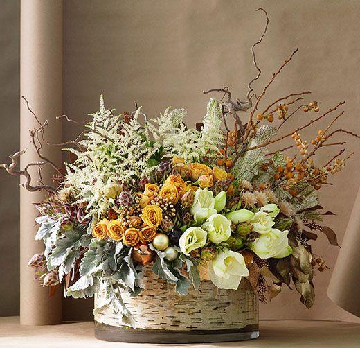 Роскошный букет с использованием живых цветов и природных материалов