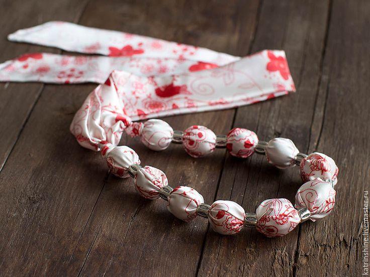 Купить Бусы текстильные длинные белые с красным рисунком - бусы вязание, бусы из ткани