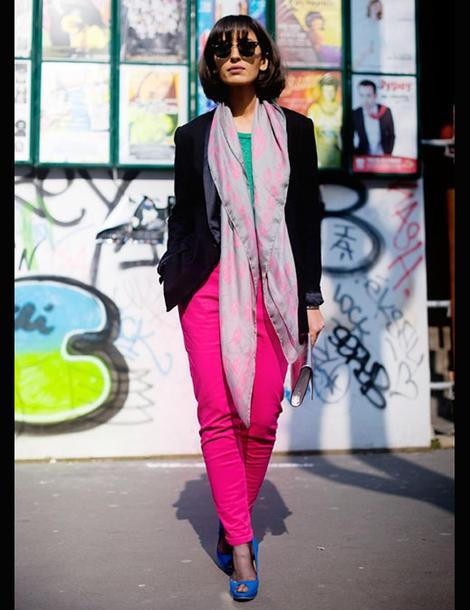En version pop et fashion, le pantalon fluo est la pièce la plus facile à twister. Avec une veste de smoking noire, l'ensemble est radicalement chic. Côté accessoire, on mise tout sur le côté arty façon Andy Wharol. On arbore du bleu électrique, du gold ou encore une pochette argenté. Le petit plus trendy ?