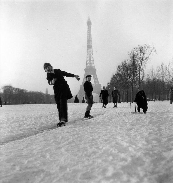 Glissades sur la neige du Champs de Mars (1945) | Robert Doisneau les plus belles photos de paris sous la neige