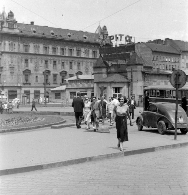 Baross tér, Capitol mozi, a Keleti pályaudvar mellett a Verseny utcánál. 1955