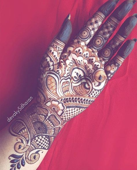 My hands were itching for a design. I've been so caught up with bridals that I didn't get time to adorn my hands. Heavy Indian fills. . . . And did I tell you? It is so frigging difficult to apply henna in the palm side of your own hands. Phew!!. . . #devakysdharan . . . #india #mumbai #7ena #kerala #design #instagram #khaleejihenna #trivandrum#hennatattoo #hennaart #7ina#naturalhenna #henna #hinna #delhi#cochin #hennadesigns #bodyart#thiruvananthapuram #gulf #heena #7enna #khal