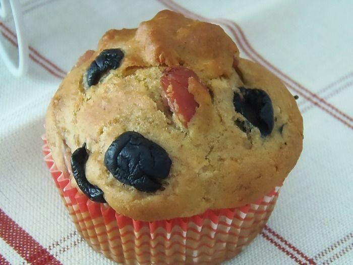 Oggi vi do' la ricetta dei Muffin salati ai wurstel e olive nere con un trucco davvero speciale per ottenere dei maffin pieni di sapore e che faranno la differenza