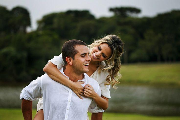 Ensaio de Casal no parque. Noiva abraçando o noivo pelas costas em curitiba