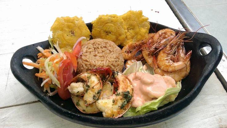 Picada: Cola de Langosta y langostino a la parrilla, camarones en salsa con arroz de coco, tostones y ensalada!!!!!!!!!!!!!!!11