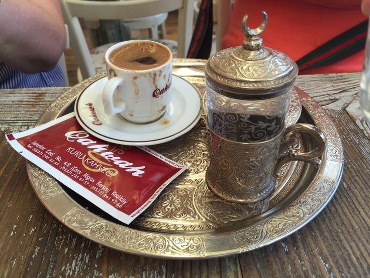 Cookshop Kahvaltı Tabağı – Kadıköy'de rahatça kahvenizi yudumlamak için püfür püfür esen bir teras arıyorsanız doğru adres Qahwah Cafe. Açsanız menülerinde çeşitli tost seçenekleri mevcut. Önerimiz mekanda sadece içecek tüketilmesi yönünde. Limonatalarını kendileri yapıyorlar. ADRES: Caferağa Mh., Serasker Cd. No:2, 34710 Kadıköy İSTANBUL