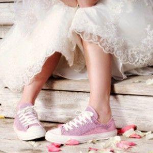 Chanel ha vuelto a poner de moda en la pasarela de París las deportivas, así que... vuelven las novias con bambas!!  http://www.unabodaoriginal.es/blog/de-la-cabeza-a-los-pies/complementos/novias-con-bambas
