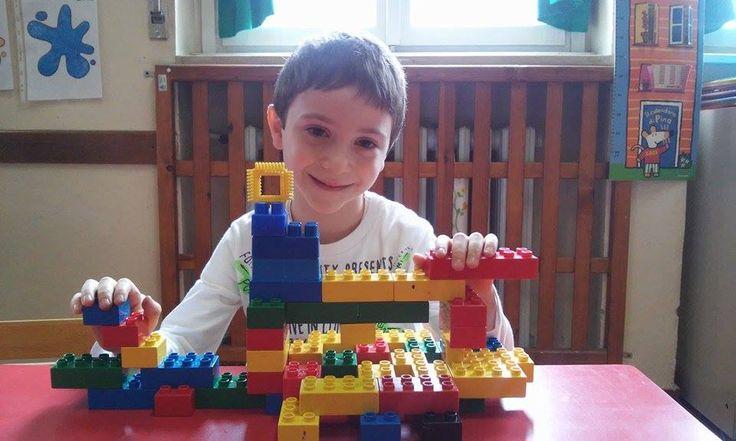 In una #scuola di #Pavia, un bambino fantasioso ha costruito uno strabiliante e coloratissimo sottomarino coi lego!! :D  Bravissimo! (Ci piace molto-molto :) )  #UnSottomarinoInPaese #libri #bambini  www.vanessanavicelli.com