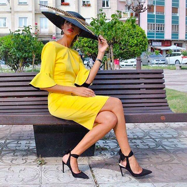 Como ha ido el fin de semana?. Seguro que genial y muchas estaréis de vacaciones y sin miedo al lunes. Aquí os dejamos otra de nuestras clientas, siendo la #InvitadaPerfecta de su evento!. Buenas noches!. #lmaslgirl🎀 #LmasL #moda #fashion #masclasenopuedestener #elegancia #perfecta #volantazo #vestidazo #love #muerodeamor #dress