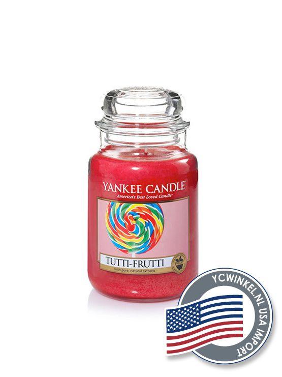 Yankee Candle Tutti Frutti de o zo herkenbare geur van kersen, framboos, aardbei en citroen. Large Jar  De Yankee Large Jar heeft tot wel 150 branduren en worden geleverd in de kenmerkende klassieke glazen pot.  Deze Yankee Candle potten passen in ieder interieur.  Denkt u eraan om de lont kort (3 mm) te houden, hierdoor gaat de Yankee Candle kaars niet walmen en gaat hij langer mee!  USA Import  Dit Yankee Candle Product is geïmporteerd uit Amerika en daarom maar beperkt leverbaar…