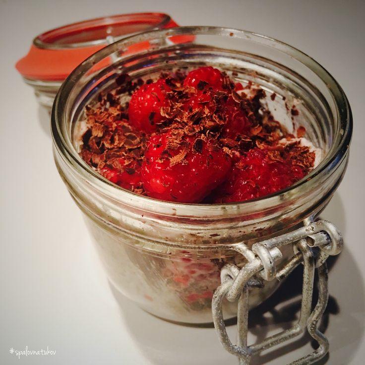 Mám rada sladké, i slané raňajky. Zahryznite sa do krásneho rána.  Kokosový jogurt 125g + chia protein 20g + maliny 50g + 1PL horká čoko 70%. Bielkoviny: 25,45g Sacharidy: 22,98g Tuky: 25,53g Vláknina: 7,88g   www.spalovnatukov.sk