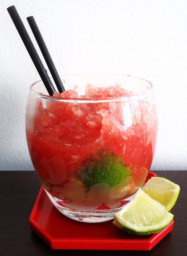 Aprenda a preparar caipirinha de melancia com esta excelente e fácil receita.  Se você gosta de caipifruta, com certeza irá gostar desta sugestão do TudoReceitas.com...