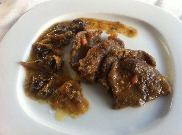 """Hoy haremos un fricandó, uno de los platos estrella de la cocina catalana. Para que resulte sabroso se ha de utilizar una pieza de ternera tierna, como: tapa, falda, aleta, culata de contra o morcillo del muslo (jarrete). Nosotros preferimos la """"llata"""", llana o llana doble, ya que su nervio gelatinoso le proporciona la textura adecuada a la salsa."""