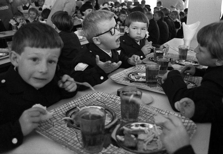 Советские дети в школе и дома / Назад в СССР Школьный завтрак.